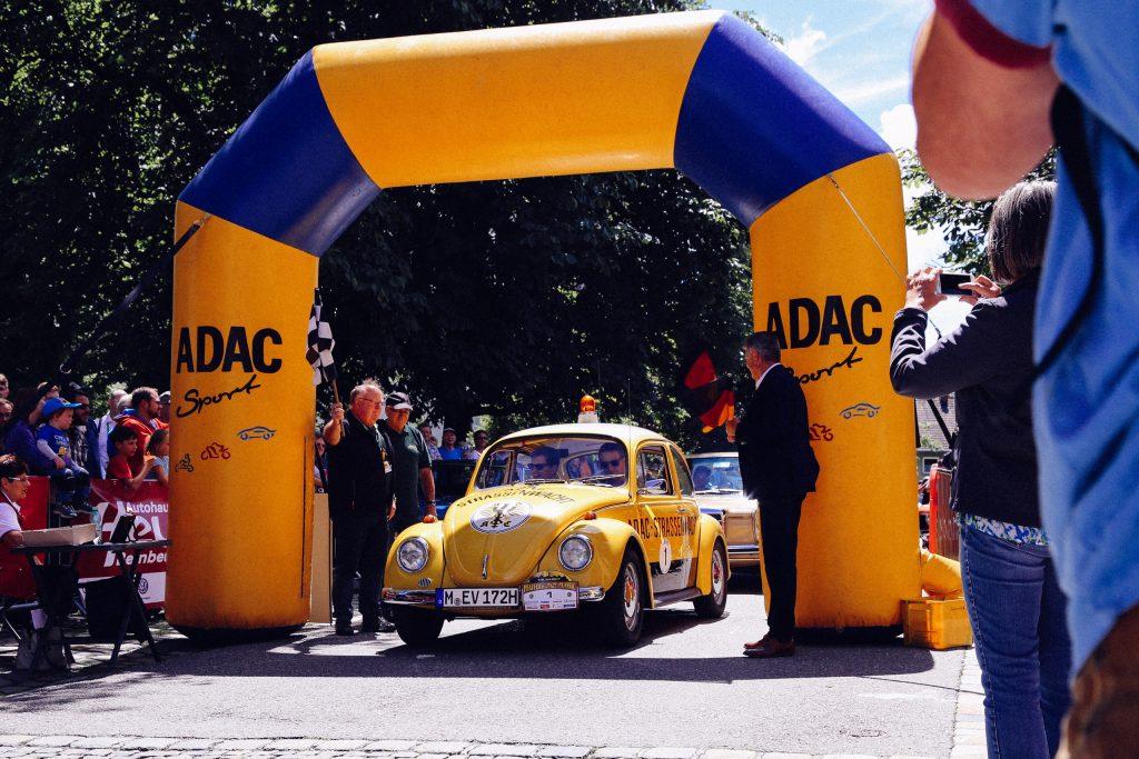 Philipp Reich und Philipp Rupprecht beim Start zur Pfaffenwinkel classic im ADAC Käfer in Peiting
