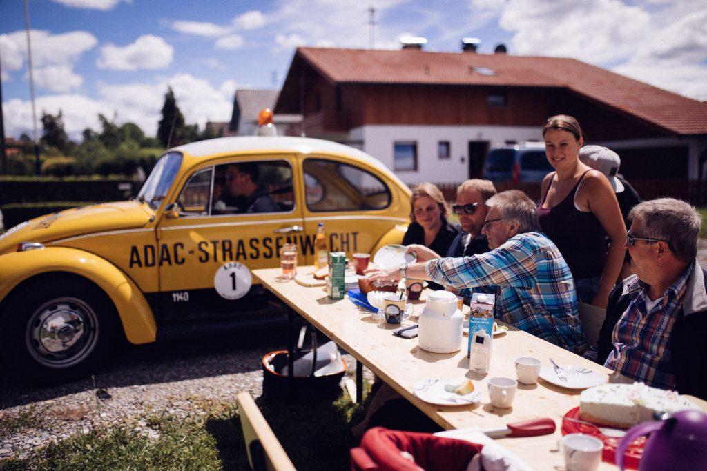 Philipp Reich und Philipp Rupprecht beim Zwischenstop während der Pfaffenwinkel Classic Rally im ADAC Straßenwacht Käfer vom ADAC Südbayern