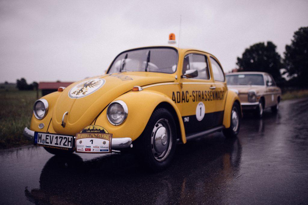 Der ADAC Südbayern Straßenwacht VW Käfer mit der Startnummer 1 bei der Pfaffenwinkel classic Rally im Juli 2017